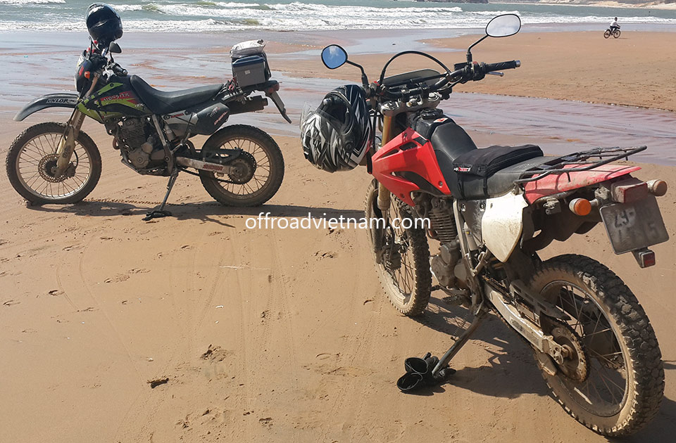 Offroad Vietnam Dirt Bike Rental - Hanoi Honda XR250, XR250 Baja Dirt Bikes: Honda dirtbike XR250 Baja 250cc Red, Front and Back Disc brakes, Ideal for Motorbike Tours in North Vietnam