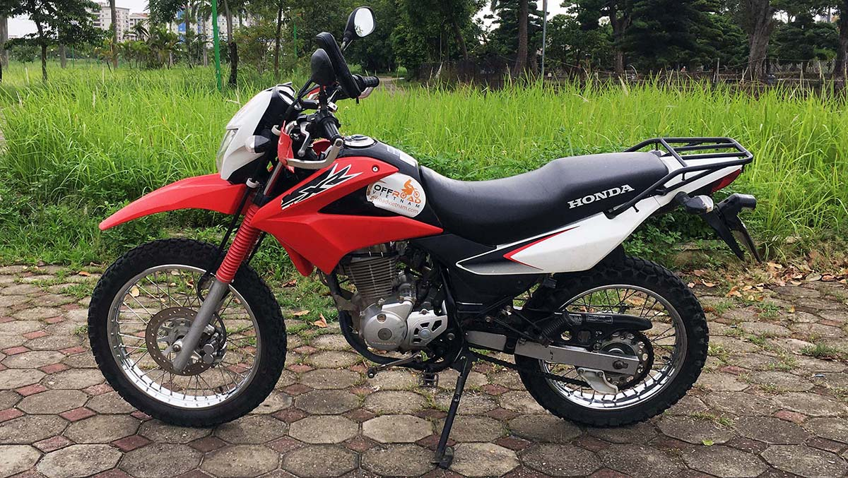 Offroad Vietnam Dirt Bike Rental - Honda XR150L 150cc rental in Hanoi. Year 2016 - 2017, Red & White, front disc brake, back drum brake.