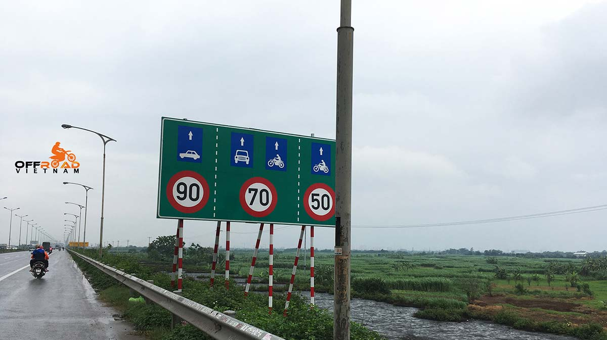 Offroad Vietnam Motorbike Adventures - Practical road rules. Speed limit for cars and motorbikes on different lane on higways. Motorbikes are limited to 50-70km/h).