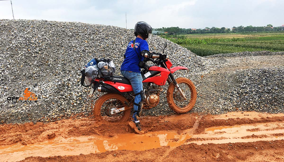 2013 red dirt bike used Honda XR125 150cc for sale in Hanoi on a trip.