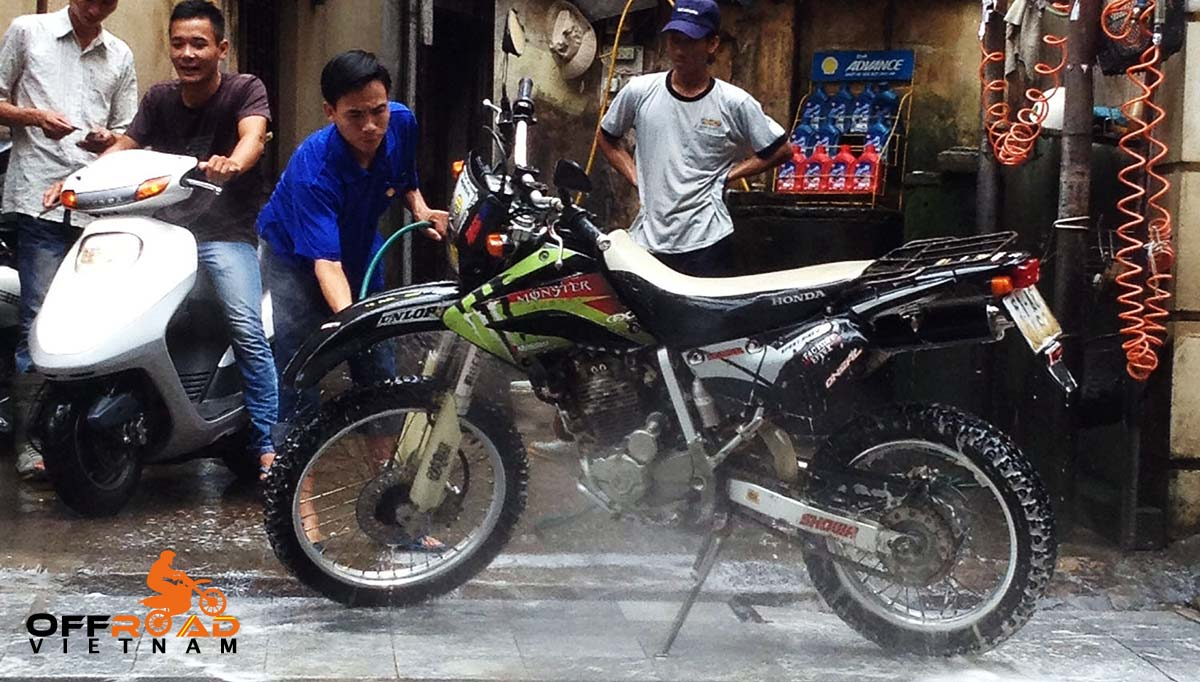 Offroad Vietnam Motorbike Adventures - Services for your bikes in Hanoi. Motorcycle, motorbike and scooter washinh shop A Chinh 8 Nha Hoa. Rua oto, xe may Chinh 8 Nha Hoa.
